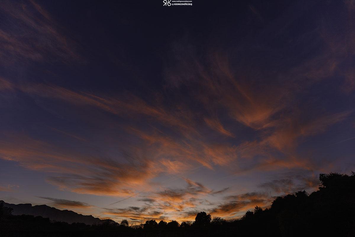 Cuando el cielo se vista de rojo - playa de Portiellu