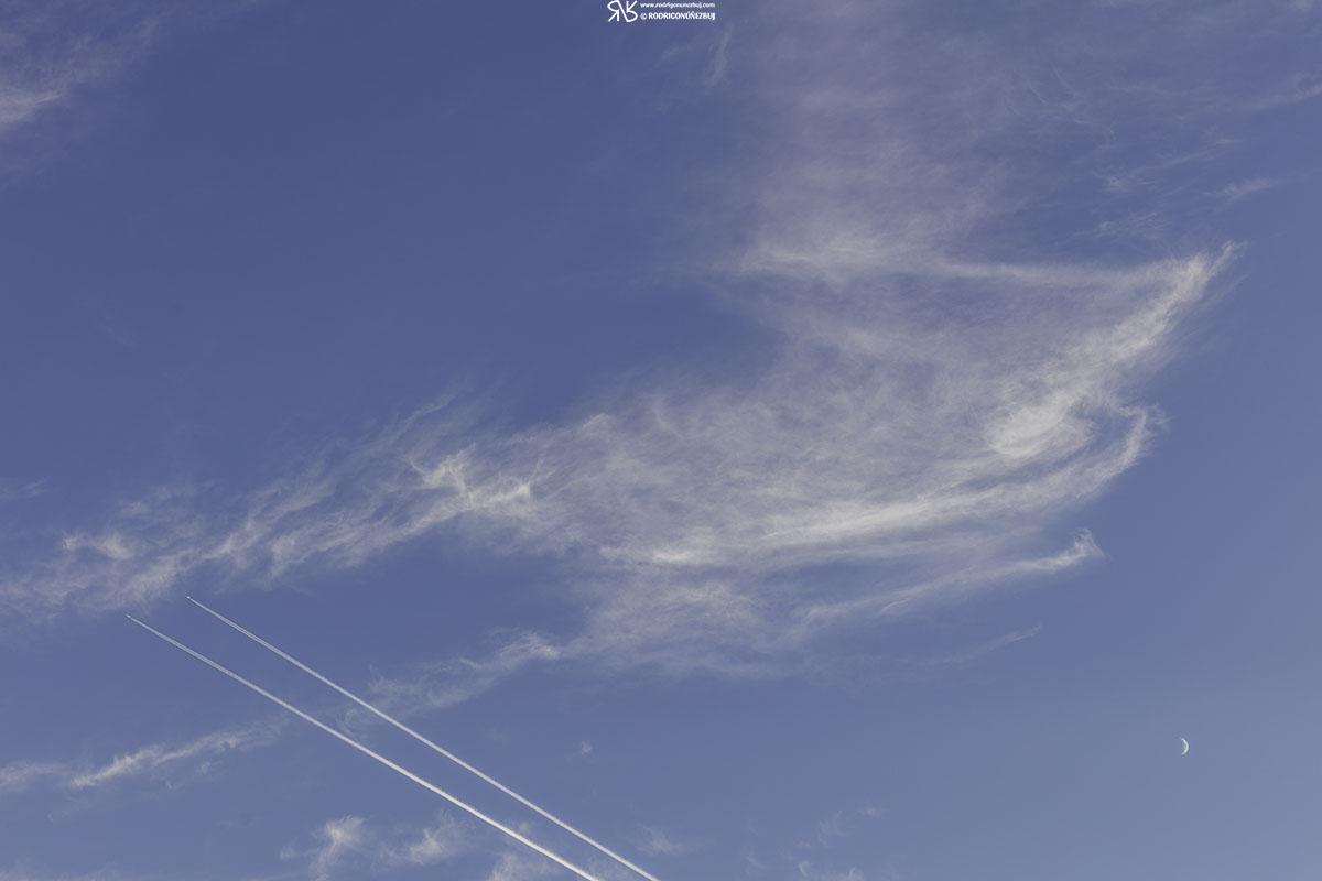 La luna, los cirros y los aviones - playa de Portiellu